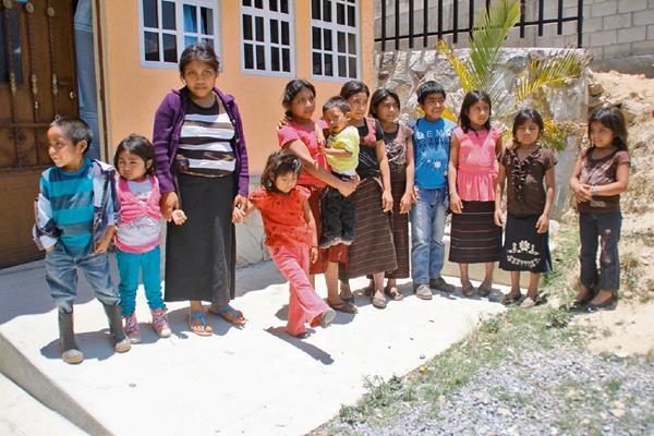 Los 12 hermanos Sales Godínez viven en extrema pobreza, situación que empeoró con la muerte de sus padres, hace dos años.