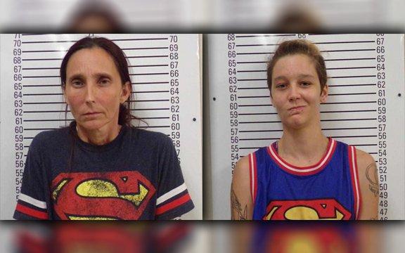 Patricia Spann y su hija Misty Velvet Dawn, al ser registradas en prisión. (Foto: ksn.com).