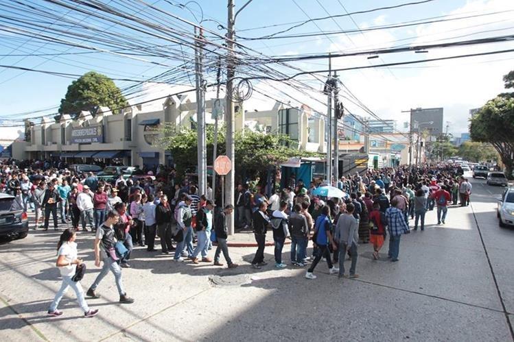 Cientos de personas esperan turno para poder tramitar sus antecedentes penales y policiacos en las oficinas de la zona 9. (Foto Prensa Libre: Hemeroteca PL)
