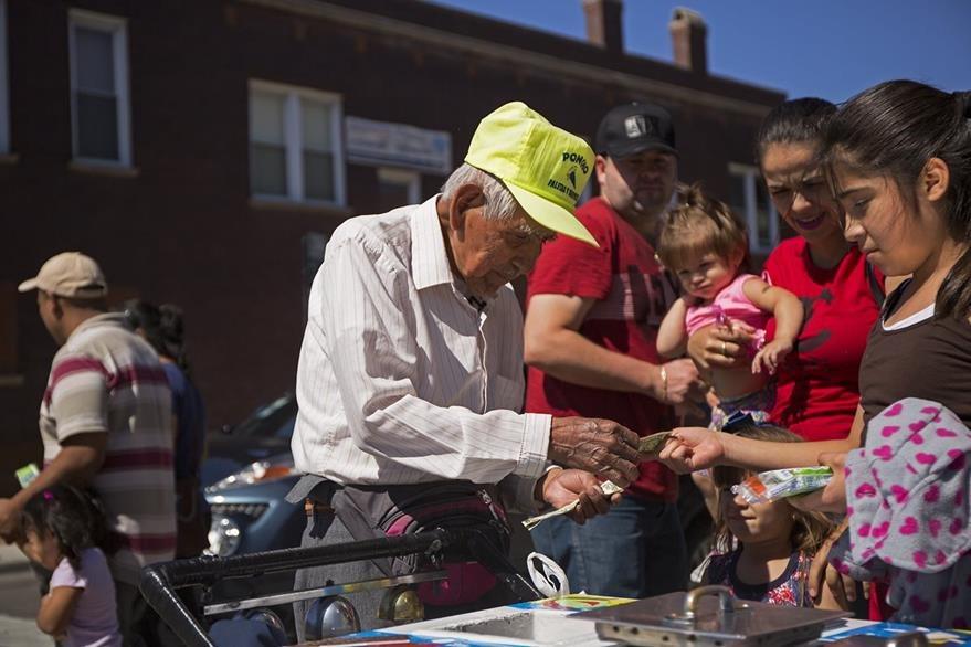Fidencio Sánchez despacha helados en Chicago, seguro, de los últimos que venderá. (Foto Prensa Libre: AP).