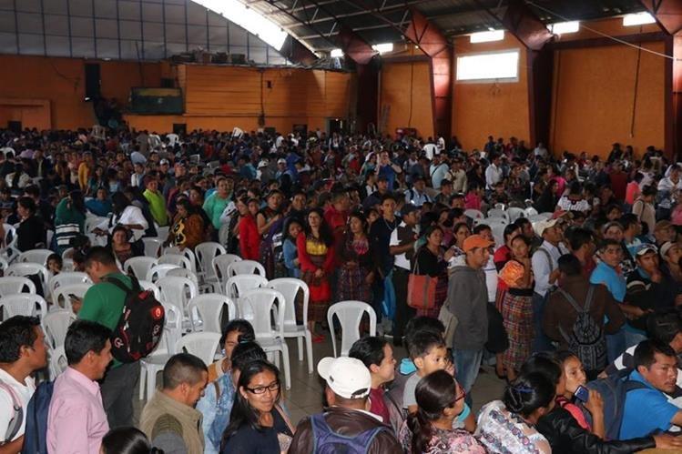 Maestros asisten a asamblea para apoyar el paro de labores. (Foto Prensa Libre: Héctor Cordero).