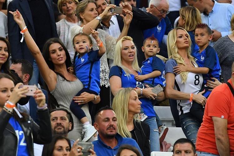 Ludivine Sagna y Ludivine Payet se robaron las miradas en el partido entre Francia y Albania. (Foto Prensa Libre AFP)