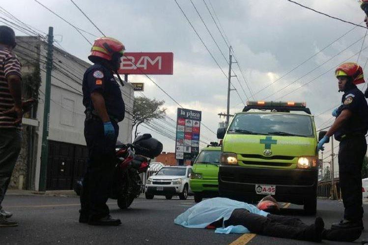 Luis Fernando Azurdia, repartidor de comida rápida, pereció el 1 de mayo último en la 20 calle, zona 10, al ser arrollado por un vehículo. (Foto: CBM)