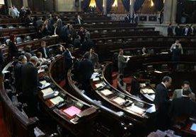 Diputados conversan al inicio de la sesión plenaria. (Foto Prensa Libre: Alvaro Interiano)