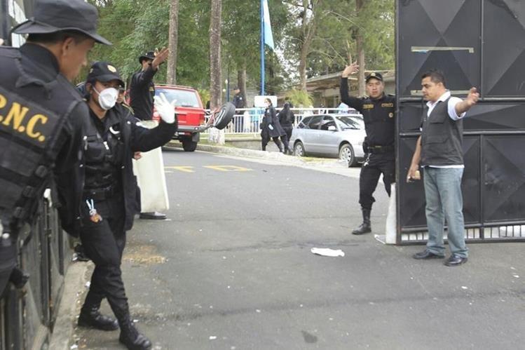 Agentes de la Policía Nacional Civil resguarda el ingreso al Hogar Seguro Virgen de la Asunción. (Foto Prensa Libre: Carlos Hernández)