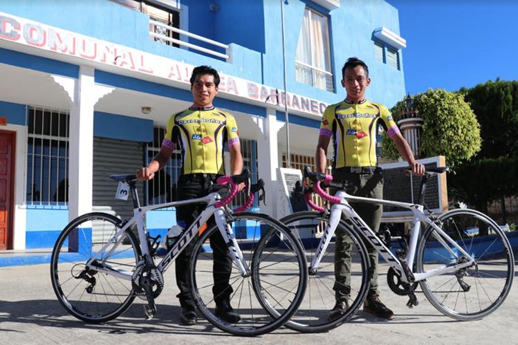 Alfredo y Celso Ajpacajá lucen orgullosos su maillot de Decorabaños. (Foto Prensa Libre: Raúl Juárez)