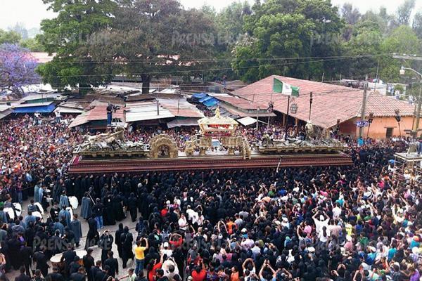 Consagrada imagen del Señor Sepultado de San Felipe de Jesús es llevada en procesión en Antigua Guatemala. (Foto Prensa Libre: Miguel López)
