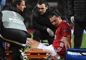 Zlatan Ibrahimovic tuvo que abandonar el terreno de juego. (Foto Prensa Libre: AFP)