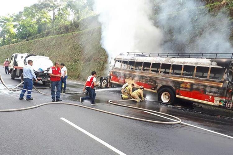 Socorristas sofocan las llamas. (Foto Prensa Libre: Enrique Paredes)