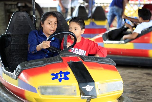 Niños difrutran de los carritos locos. (Foto Prensa Libre: Carlos Hernández)
