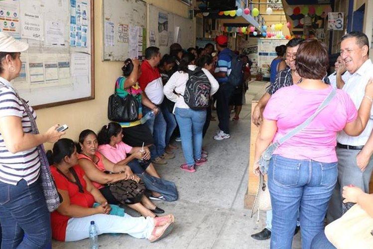 Maestros de San José La Máquina, durante la protesta en la Dirección Departamental de Educación. (Foto Prensa Libre: Cristian Icó)