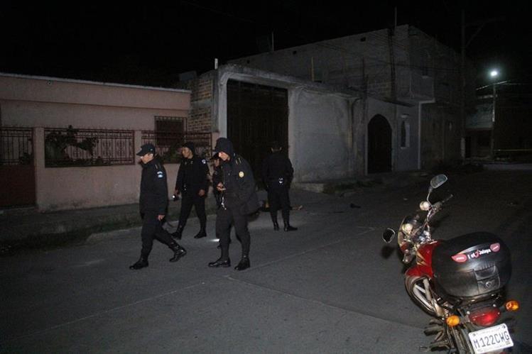 La madrugada de este lunes, en la zona 2 de la cabecera, fue localizado el cuerpo de una mujer con heridas de arma blanca. (Foto Prensa Libre: Hugo Oliva)