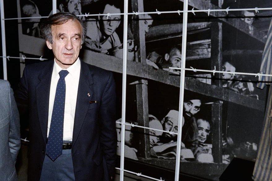 Elie Wiesel, durante una exposición fotográfica del holocausto en diciembre de 1986. (Foto Prensa Libre: AFP).