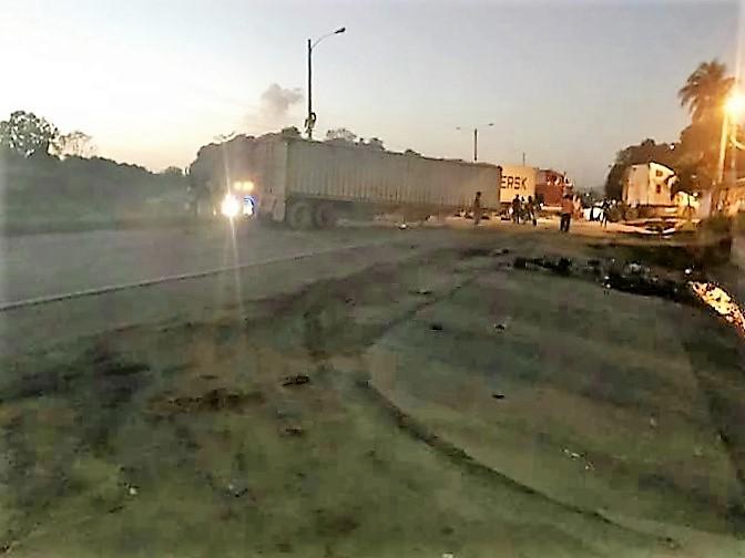 El bloqueo de la autopista empezó desde la madrugada del viernes. (Foto Prensa Libre: Cortesía)