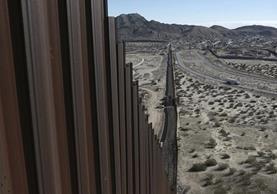 Vista del muro ya existente en la frontera; del lado derecho Estados Unidos, del izquierdo México. (Foto Prensa Libre: AP)