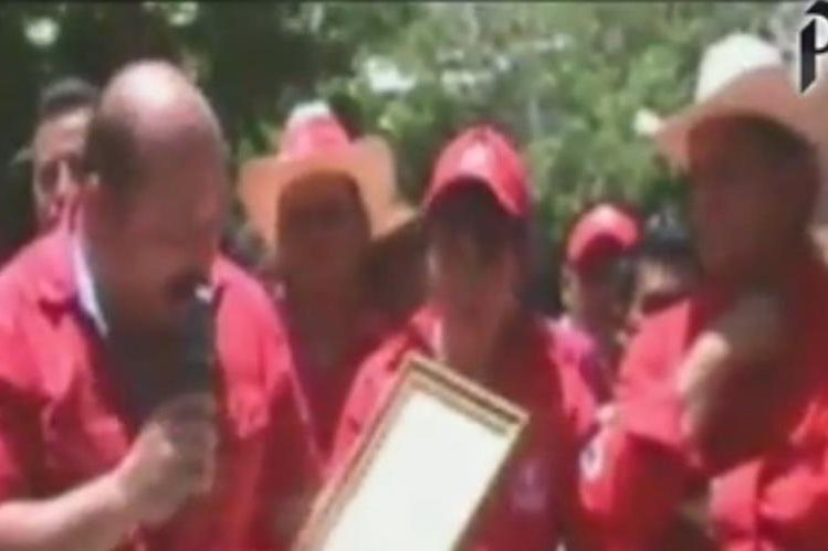 Juan Vanegas, alcalde de Chiquimula y el diputado Baudilio Hichos inauguran una obra en Chiquimula. (Foto Prensa Libre)