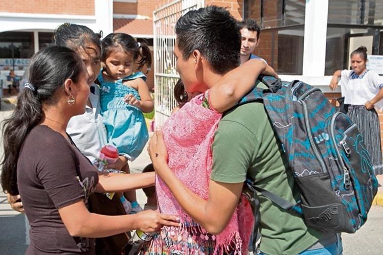 Catarina González —residente en La Tinta, Alta Verapaz— se reencuentra con su hijo Miguel Martí, sobreviviente del alud. (Foto Prensa Libre: Álvaro Interiano)