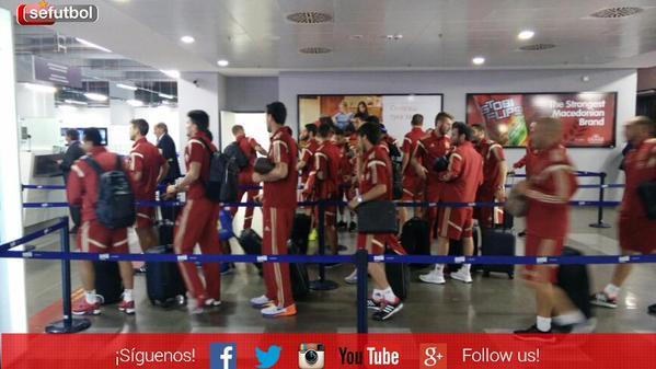 Los jugadores de la selección española de futbol a su llegada a Macedonia. (Foto Prensa Libre: Twitter Sefutbol)