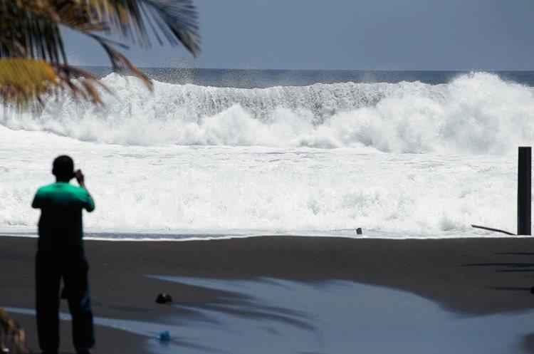 Vecinos  de  la aldea La Barrona, Moyuta, Jutiapa, fueron afectado por las olas del mar, que alcanzaron cinco Metros de alto.  (Foto Prensa Libre: Hemeroteca PL)