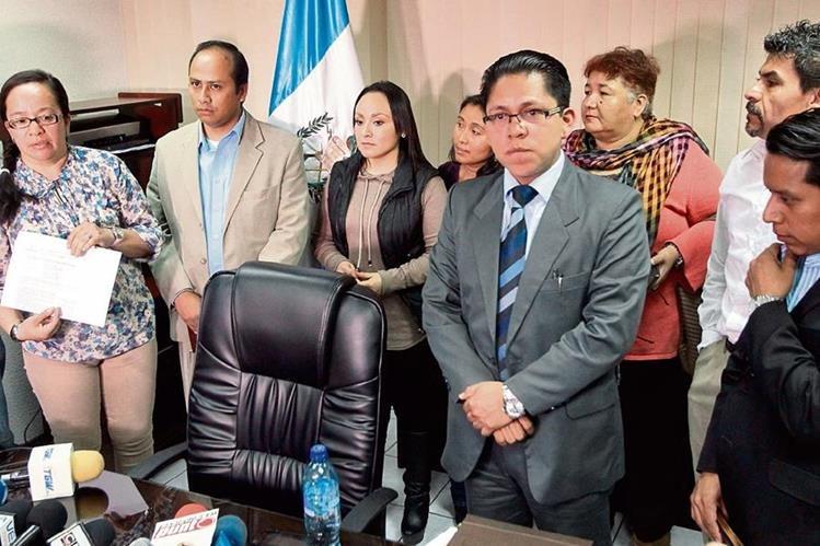 El ex viceministro de Trabajo Marlon García, recibe apoyo de dirigentes sindicales, por haberse negado a firmar el acuerdo de los salarios diferenciados.(Foto Prensa Libre: Álvaro Interiano)