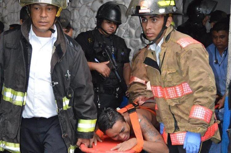 Cuerpos de socorro trasladan a los heridos a un centro asistencial