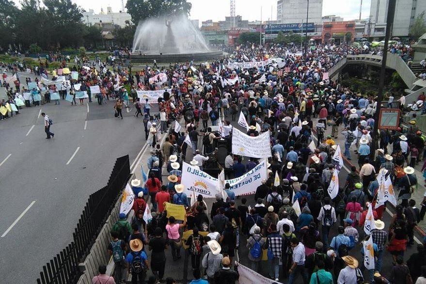 Miles de manifestantes pasan por el Centro Cívico, rumbo a la Plaza Central. (Foto Prensa Libre: Estuardo Paredes)