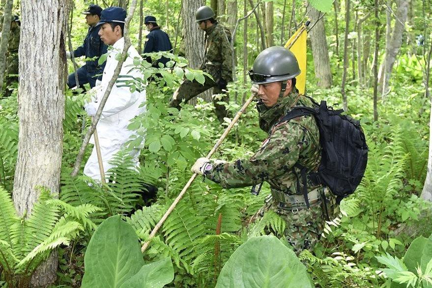 Soldados mientras participaban en las labores de rescate. (Foto Prensa Libre: AP).