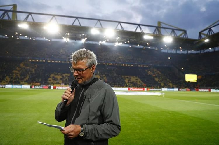 Norbert Dickel mientras anuncia que el partido se pospuso. (Foto Prensa Libre: AFP)