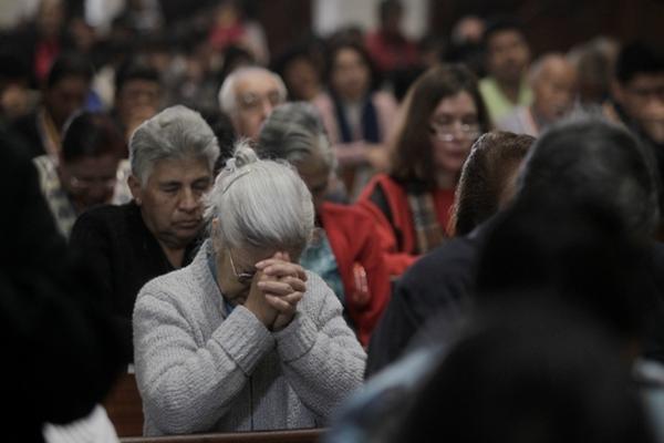 <p>Decenas de personas asisten al Templo Santo Domingo. (Foto Prensa Libre: Edwin Bercián)</p>