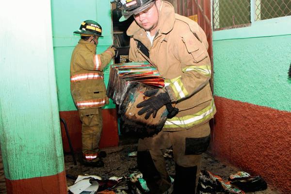 El fuego destruyó material didáctico y libros de texto que se guardaba en la bodega. (Foto Prensa Libre: Rolando Miranda)
