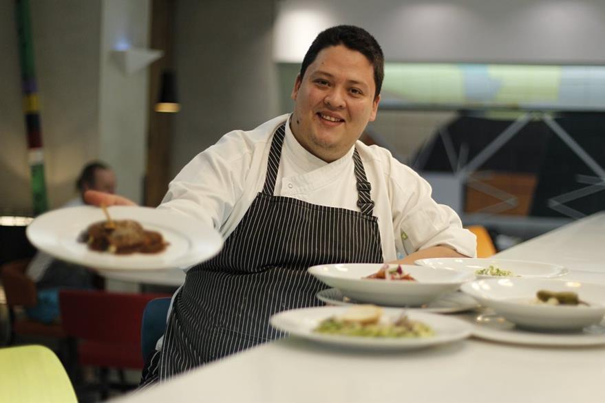 Guillermo Castillo es chef ejecutivo del hotel Radisson.  (Foto Prensa Libre: Paulo Raquec)