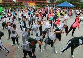 Estudiantes realizan ejercicios en el parque Enrique Gómez Carillo. (Foto Prensa Libre: Álvaro Interiano)