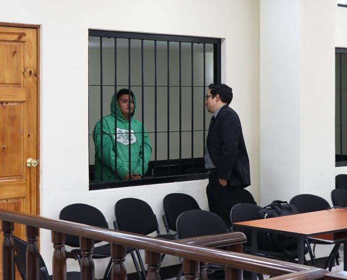 Rudy Giovanni Ixquereu Aguilar dialoga con el abogado defensor después de la audiencia. (Foto Prensa Libre: María Longo)