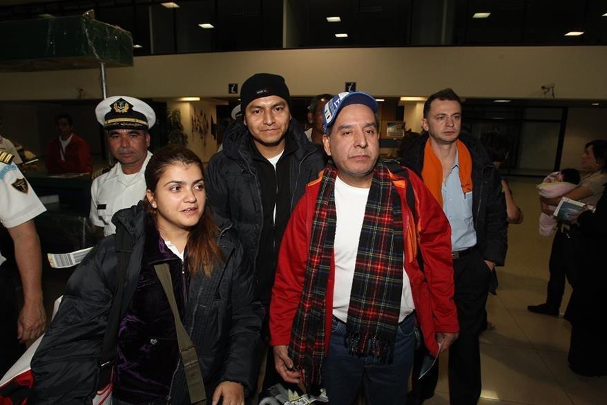 Los siete guatemaltecos sobrevivientes del naufragio del crucero Costa Concordia, en Italia, a su arribo al aeropuerto internacional La Aurora, donde eran esperados por familiares. (Foto: Hemeroteca PL)
