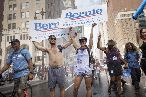 Partidarios del precandidato  Bernie Sanders marcha en Filadelfia.(EFE).