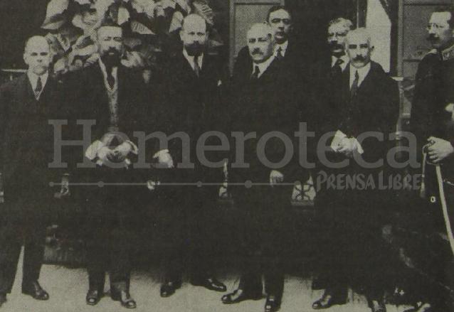 El presidente Carlos Herrera, rodeado por los miembros de su gabinete. (Foto: Hemeroteca PL)