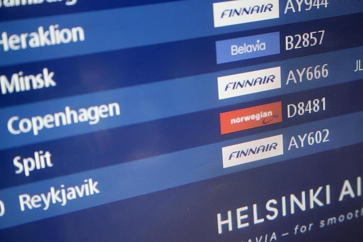 Una pantalla que indica el horario del llegada del vuelo Finnair 666 procedente de Dinamarca en Helsinki, Finalndia. (Foto Prensa Libre: EFE)