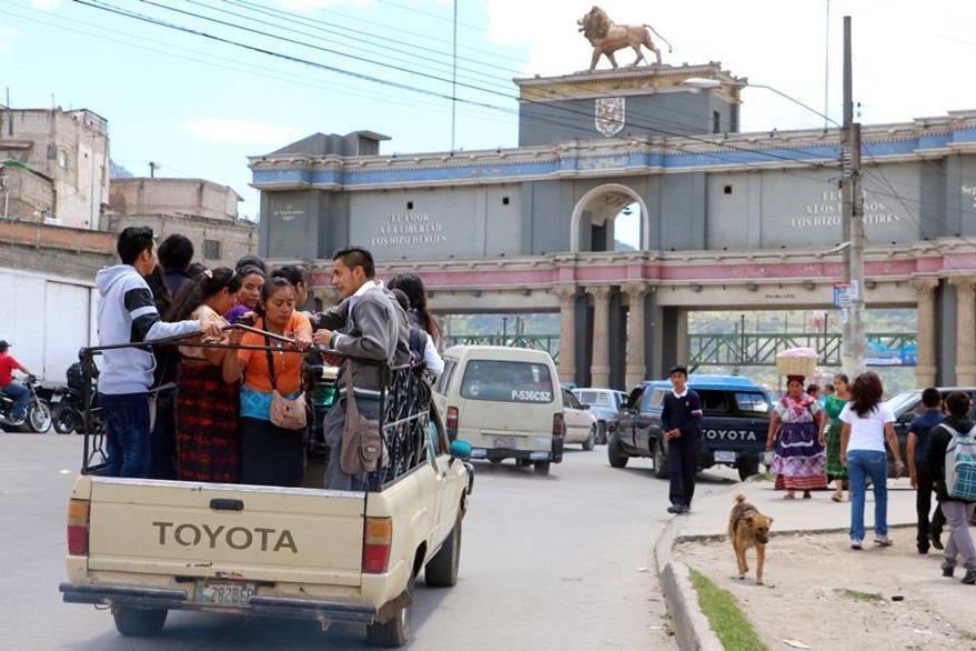 Usuarios utilizan picop, debido al paro de buses derivado del ataque en Xela. (Foto Prensa Libre: Carlos Ventura).