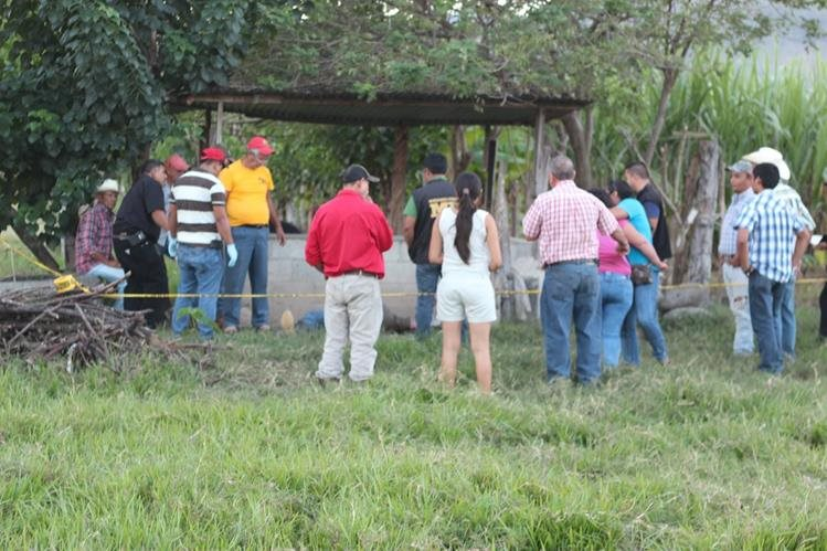 Autoridades del MP llevan a cabo peritajes en el lugar donde hallaron el cadáver. (Foto Presnsa Libre: Edwin Paxtor)