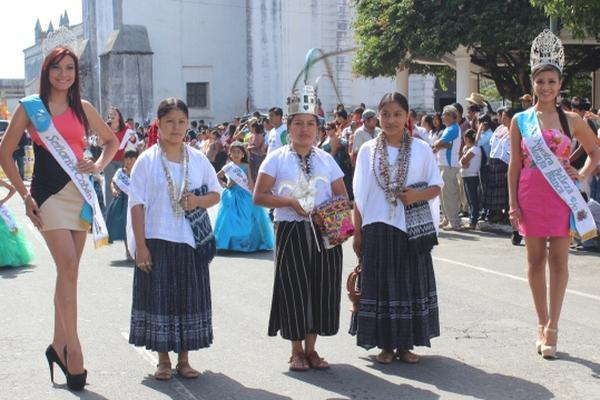 """<p>La recién coronada Rabín Ajaw, Lidia Canto, participó en el desfile. (Foto Prensa Libre: Ángel Martín Tax)<br _mce_bogus=""""1""""></p>"""