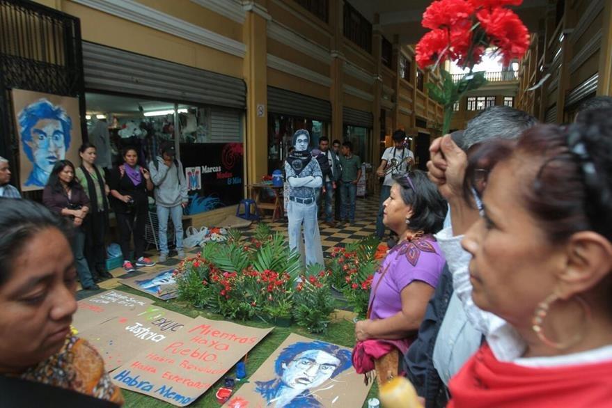 En una de las denominadas estaciones de la memoria, incluyen el lugar donde murió acribillado el estudiante universitario Oliverio García, en el ingreso al pasaje Rubio, en la 6a. avenida de la zona 1. (Foto Prensa Libre: A. Interiano)