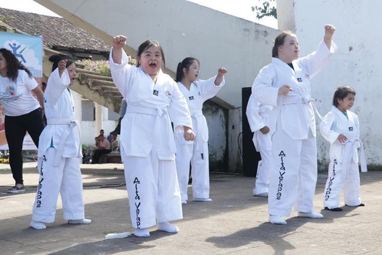 Niños y jóvenes hacen una exhibición de taekuondo down, en Cobán. (Foto Prensa Libre: Eduardo Sam Chun)