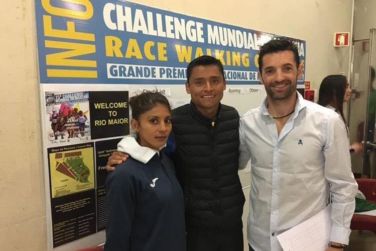Mirna Ortiz, Érick Barrondo y 'Paquillo' Fernández (entrenador), después de la competencia. (Foto Prensa Libre: Cortesía Érick Barrondo)