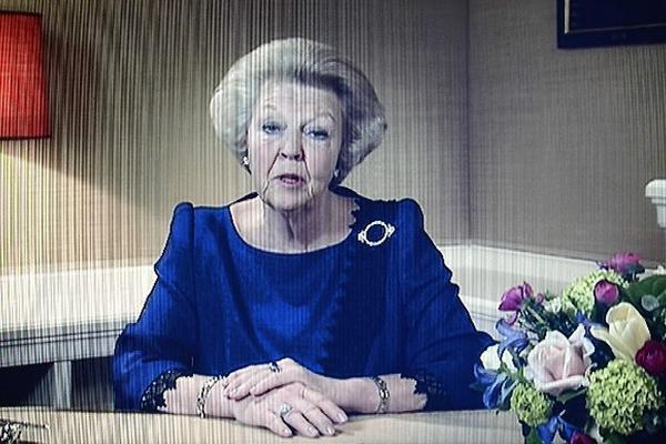 La reina Beatriz de Holanda  anuncia  su dimisión luego de casi 33 años en el trono.