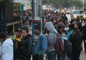 Desde la madrugada de este lunes varios guatemaltecos acudieron a tramitar antecedentes penales y policiacos. (Foto Prensa Libre: Estuardo Paredes)