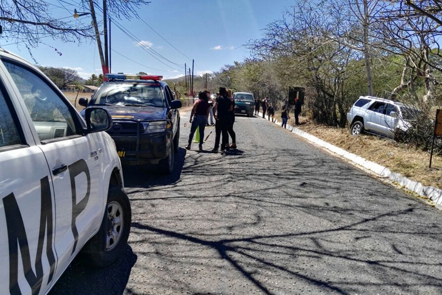 Policías y fiscales del MP trabajan en el lugar de los hechos, km 120 ruta a El Salvador, Jutiapa. (Foto Prensa Libre: Hugo Oliva)