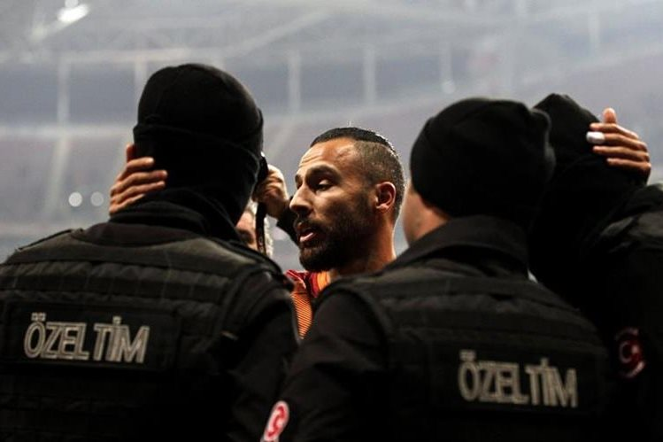 La imagen de Oztekin abrazando a los policías dio la vuelta al mundo. (Foto Prensa Libre: AFP)