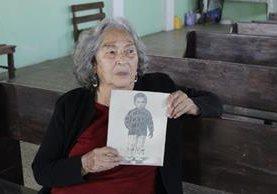 Josefa Elizabeth muestra la fotografía de su hijo Joaquín cuando era niño.(Foto Prensa Libre: María José Longo)