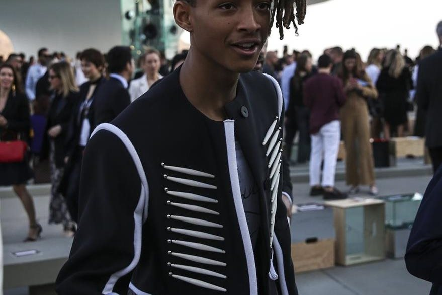 Jaden Smith, hijo de Will Smith, es uno de los actores que asistieron al evento de moda.