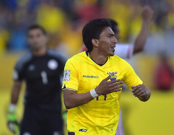 Ángel Mena festeja el gol del empate de Ecuador contra Paraguay. (Foto Prensa Libre: AFP).